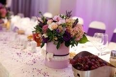 Цветет украшение букета на таблице свадьбы Стоковая Фотография