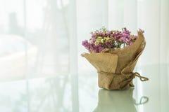 цветет украшение букета на таблице Стоковая Фотография