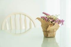 цветет украшение букета на таблице Стоковые Изображения