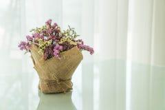 цветет украшение букета на таблице Стоковая Фотография RF