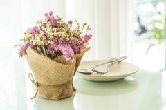 цветет украшение букета на таблице Стоковое Изображение