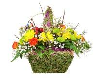 Цветет centerpiece расположения букета в плетеной корзине Стоковое фото RF