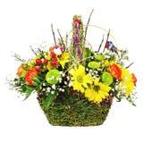 Цветет centerpiece расположения букета в плетеной корзине Стоковые Изображения