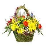 Цветет centerpiece расположения букета в плетеной корзине Стоковое Фото