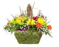 Цветет centerpiece расположения букета в плетеной корзине Стоковое Изображение RF