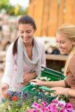 2 цветка женщин ходя по магазинам в садовом центре Стоковая Фотография