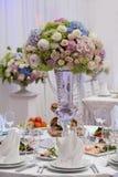 Цветки, бокалы, салфетки и салат на таблице Стоковая Фотография RF