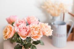 Цветки букета розовых роз в стеклянной вазе Затрапезное шикарное домашнее оформление флорист на цветочном магазине Стоковая Фотография RF