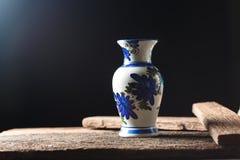 Цветки вазы на деревянном поле Стоковые Изображения
