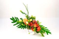 Цветки вазы пластичные в комнате Стоковые Изображения