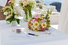 Цветки венчания на таблице Стоковые Фото
