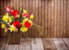 Цветки весны в вазе Стоковые Изображения