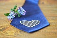Цветки весны и голубая связь на деревянной предпосылке Стоковые Изображения