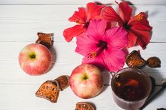 Цветки весны и чай утра Стоковое Изображение
