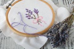Цветки вышивки шить вспомогательного оборудования Холст, обруч, mouline потока needlework Вышивка руки Стоковая Фотография