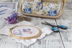Цветки вышивки шить вспомогательного оборудования Холст, обруч, mouline потока needlework Вышивка руки Стоковые Изображения