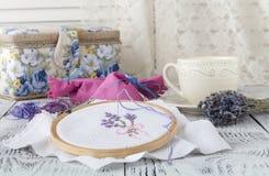 Цветки вышивки шить вспомогательного оборудования Холст, обруч, mouline потока needlework Вышивка руки Стоковое Фото