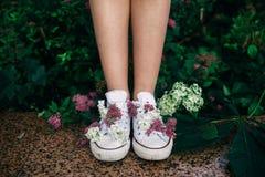 Цветки в ботинках спортзала стоковая фотография