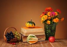 Цветки в вазе и книгах Стоковое Фото