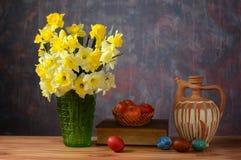 Цветки в вазе и пасхальных яйцах Стоковое Изображение