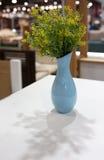 Цветки в вазе на таблице Стоковое фото RF