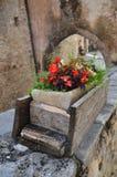 Цветки в деревянной вазе Стоковые Фотографии RF