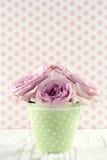 Цветки в зеленой вазе polkadot на винтажной деревянной предпосылке Стоковая Фотография RF