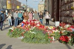 Цветки в памяти о тех убитых в нападениях Стоковые Фото