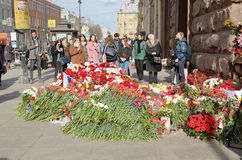 Цветки в памяти о тех убитых в нападениях Стоковое фото RF
