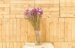 Цветки в предпосылке вазы деревянной Стоковые Фотографии RF