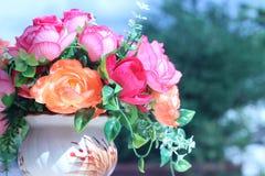 Цветки в разносторонности вазы красят outdoors в саде Стоковые Изображения