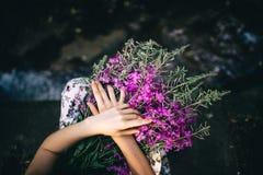 Цветки в руках стоковые изображения