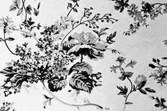 Цветки в черной диаграмме на ткани на белой предпосылке стоковое изображение