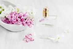 Цветки гиацинта с флаконом духов Стоковые Изображения RF