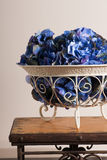 Цветки голубых гортензий в вазе металла florid выкованной стоковые изображения