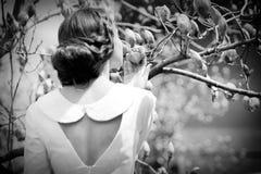 Цветки девушки пахнуть Стоковое Изображение RF