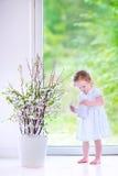 Цветки девушки Aorable моча дома Стоковое Фото