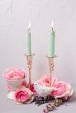 Цветки лета, декоративная птица и горящие свечи Стоковые Изображения RF