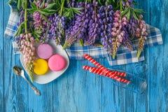Цветки лета красочные на винтажной деревянной предпосылке Стоковое фото RF