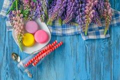 Цветки лета красочные на винтажной деревянной предпосылке Стоковая Фотография RF