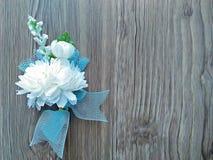 Цветки жасмина на деревянной предпосылке (искусственные цветки) Стоковое Изображение