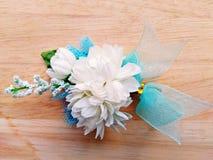 Цветки жасмина на деревянной предпосылке (искусственные цветки) Стоковые Изображения