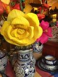 Цветки желтого цвета и пинка бумажные Стоковые Фотографии RF