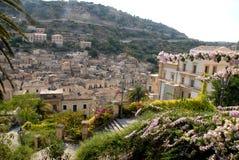 Цветки, здание и крыши домов в Рагузе Ibla в Сицилии Стоковое фото RF