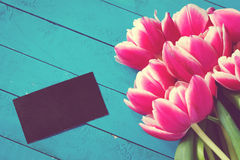 Цветки и бирка на деревянной предпосылке Стоковое Изображение RF