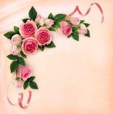 Цветки и ленты розы пинка загоняют расположение в угол на шелке Стоковое фото RF