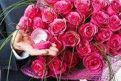 Цветки и кольцо в розовой коробке Стоковое Фото