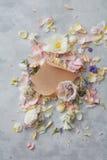 Цветки и конверт Стоковые Изображения RF