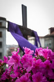 Цветки и крест Стоковое Фото