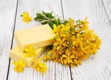Цветки и мыло wort ` s St. John стоковое фото rf